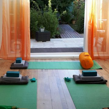 cropped-emma-yoga-mat-and-outdoors6.jpg